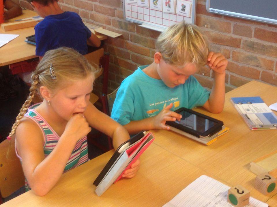 Wij gaan dit jaar beginnen met snappet tabletonderwijs. Onze klas mag ze 'uitproberen'. Er komt een tablet voor elk kind in de klas. We kunnen rekenen, taal, spelling en begrijpend lezen oefenen op de tablet.<br />Vandaag zijn we echt begonnen. De kinderen en ik vonden het erg leuk!