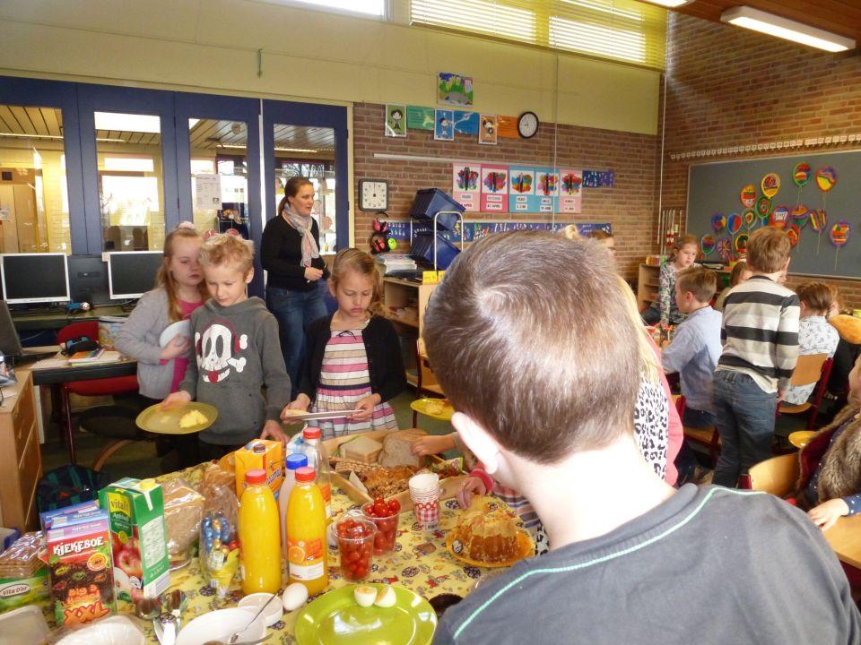 Wat was het gezellig vanmorgen!<br />Iedereen had iets meegenomen, de ontbijttafel was goed gevuld.<br />We hebben heerlijk gegeten van al dat lekkers.<br />Alle kinderen en ouders van groep 4 bedankt!