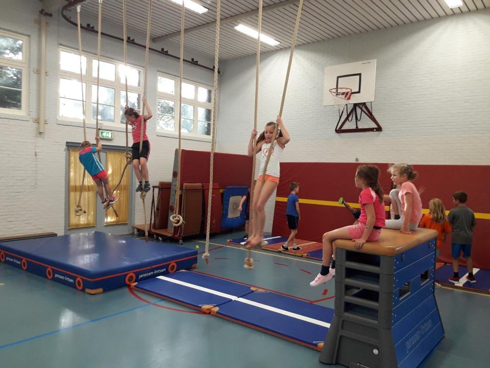 Woensdag 4 oktober geleerd hoe je een handstand moet doen. En hoe je kunt slingeren van touw naar touw of van ring naar ring. Echt wel zwaar!