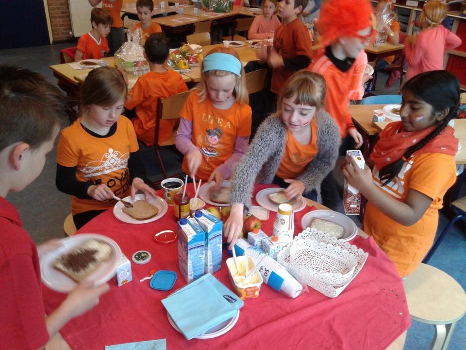 Groep 5 heeft genoten van een heerlijk ontbijt! Daarna werden de juffen heel erg verwend met kadootjes, tekeningen en knuffels! Echt ontzettend lief! De kinderen hebben daarna heerlijk met elkaar gespeeld en nagels gelakt! Fijne meivakantie allemaal!