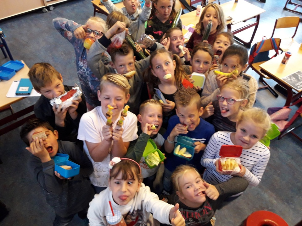 Groep 5 had vrijdag 29 september gezonde pauzehapjes mee. Van een smoothie van meloen, tot appel met kaneel en fruitspies. De kinderen hebben donderdag kunnen proeven van komkommer met pindakaas. Even wennen maar het bleek een hele lekkere combi!