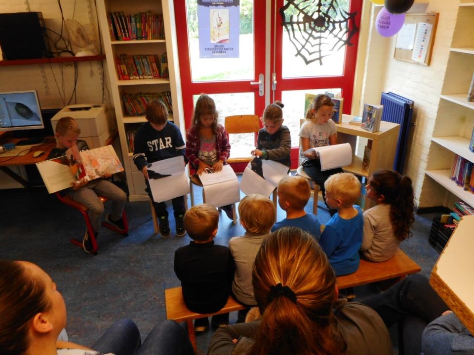 In oktober heeft groep 5 voorgelezen aan onze maatjesklas groep 1-2a en voor papa's, mama's, opa's, oma's of oppas. Zoals u kunt zien hebben ze dat heel goed gedaan!