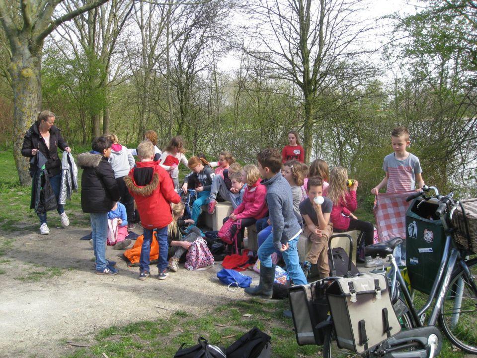NIEUWS UIT ZES<br /><br />Van onze schoolreis maken we een krantje waarin de kinderen van hun belevenissen een stukje kunnen schrijven. Er zijn foto´s en filmpjes gemaakt. Als er behoefte is, kan dat op uw usb stick worden gezet.<br /><br />Afspraken voor het dictee zijn K25, K26, R19, W14 en W15.<br /><br />Donderdag 30 april hebben we de topo-toets van Noord-Nederland.