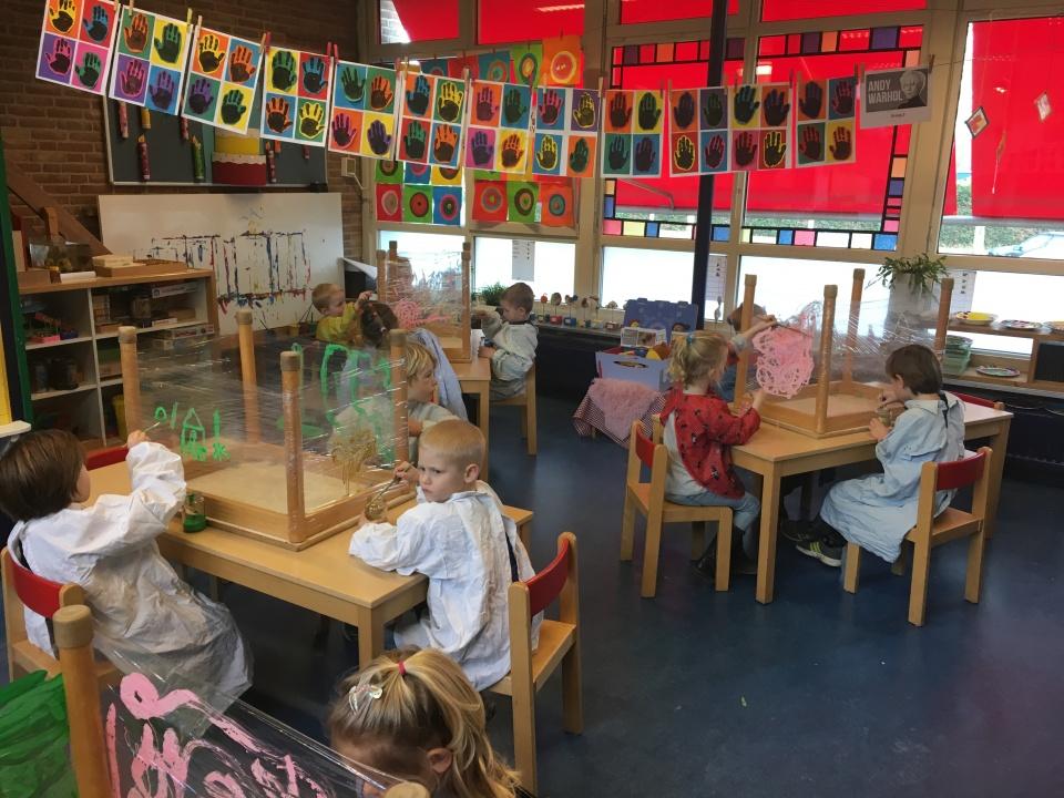 Hier alvast een sneak preview van het laatste kunstwerk dat de kinderen vandaag gemaakt hebben in het thema Kunst!Het eindresultaat is morgen te bewonderen in groep 1/2a tijdens de tentoonstelling van 8.30 tot 9.30.Ook de limonade en zelfgebakken koekjes staan klaar!Tot morgen?