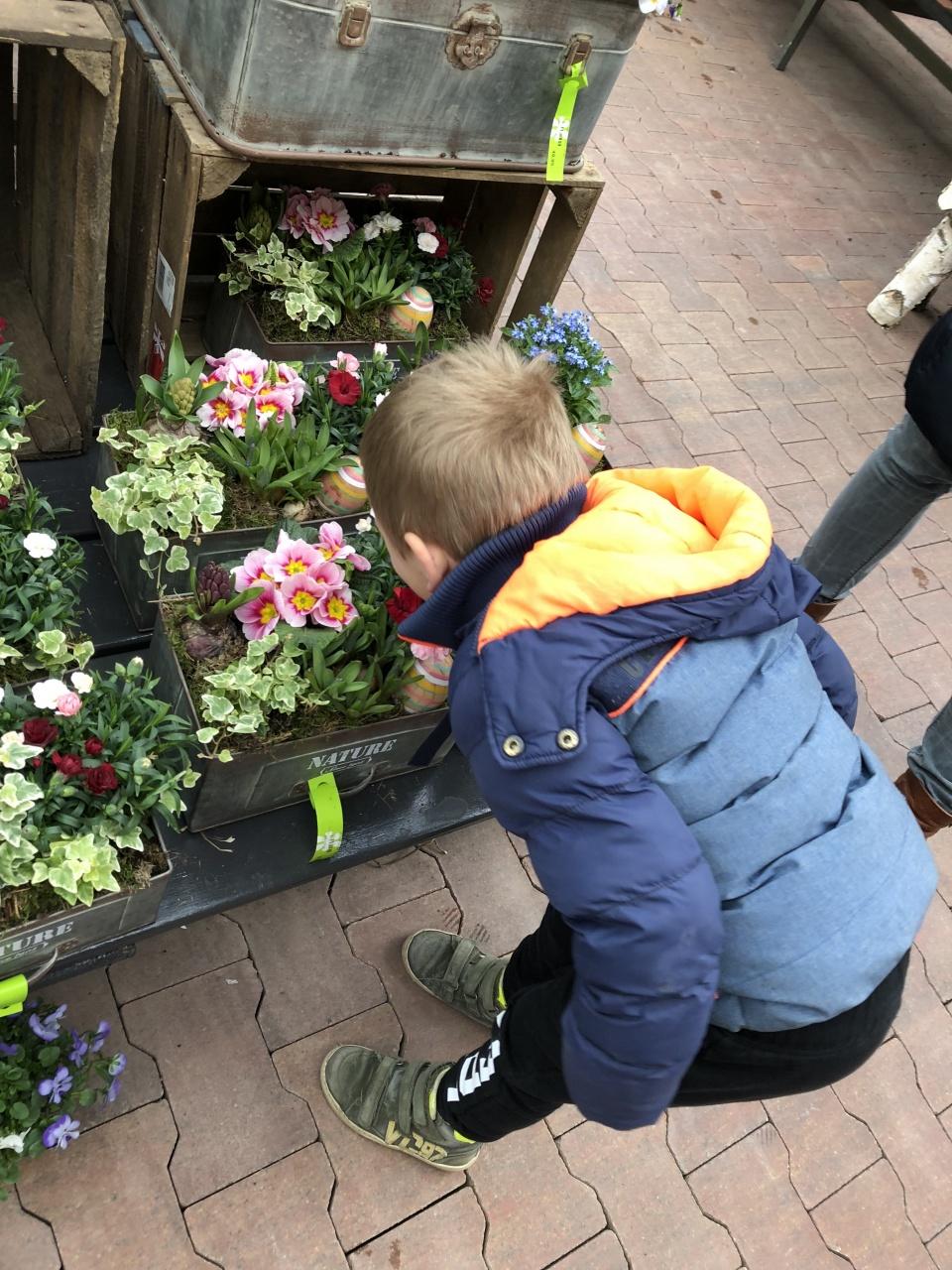 Vandaag mochten de kleuters op excursie!!In het kader van het thema bloemen en planten waren we op bezoek bij de Intratuin (want tja... bloemen koop je niet alleen maar bij de Vomar 🤣)Na een korte uitleg, wat beantwoordde vragen en een rondje in de trein kregen we nog wat lekkers.Dank Intratuin Hoorn!!! Het was leuk en leerzaam!En dank zeker aan alle papa's, mama's, opa's en oma's die dit mogelijk maken door ons te rijden en begeleiden 👍🏻👍🏻
