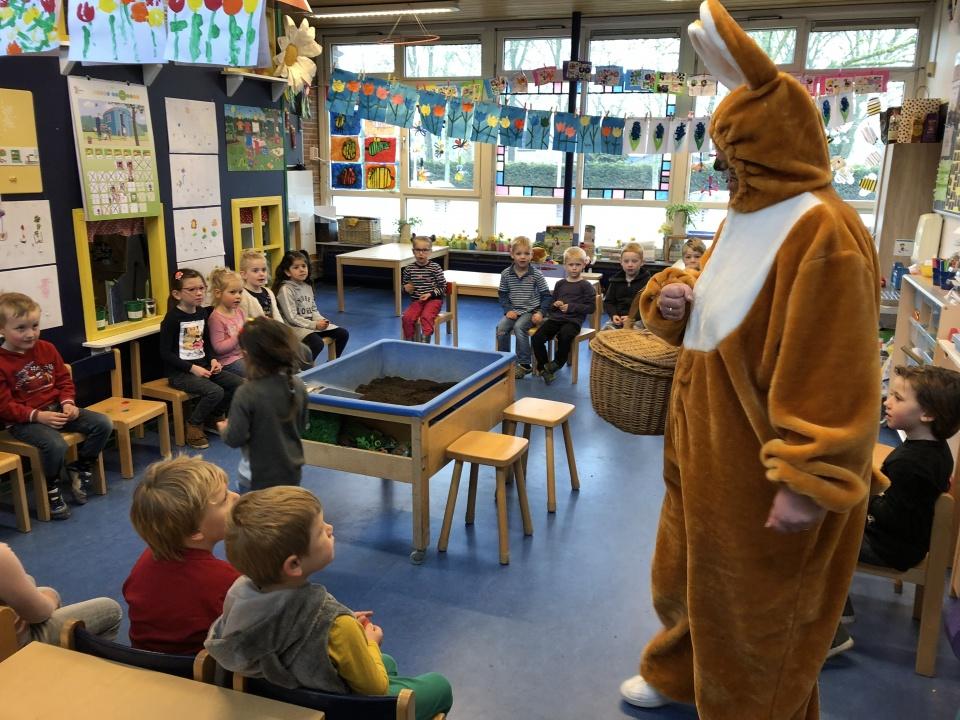 Paaseieren zoeken, de paashaas op bezoek in de klas, Isabel had het gouden paasei gevonden en iedereen kreeg lekkere chocolade-paaseitjes 👍🏻