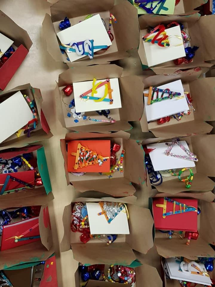 Afgelopen vrijdag hebben we met alle leerlingen van t Padland geknutseld.  Samen met de maatjesklas werkten de leerlingen aan de mooiste kerst-knutsels, kaarten,  kerstboompjes, kersthangers... Alle creaties zijn in speciaal versierde kerstdozen verpakt en afgelopen dinsdag door groep 6 naar de Bosmanstichting gebracht. Wat een unieke en mooie ervaring weer voor al onze leerlingen. Fijne feestdagen allemaal.