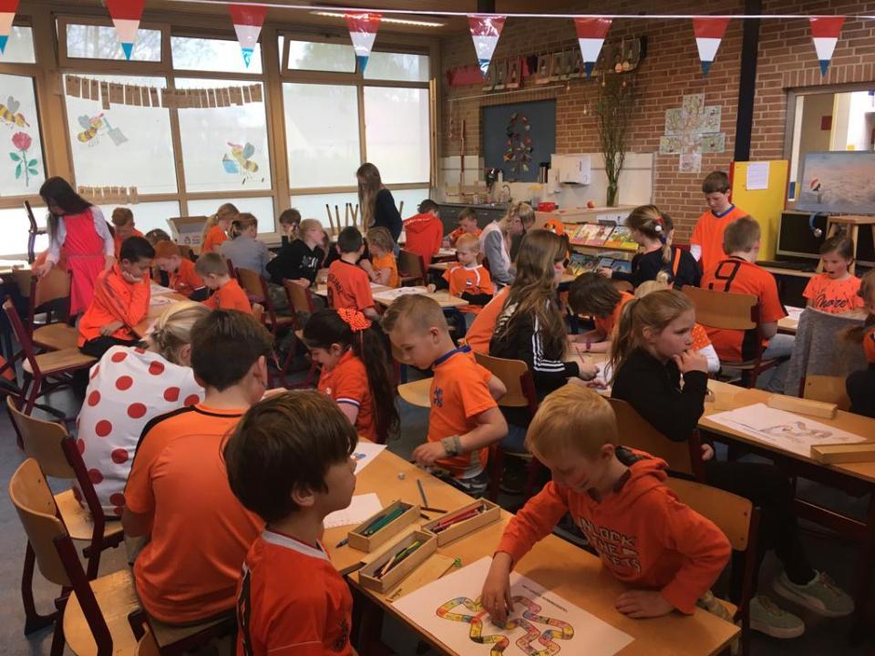 Maatjesklassen zijn een onderdeel van onze school. Samen leuke dingen doen,  samen leren,  elkaar ontmoeten.  Vandaag, tijdens de Koningsspelen hebben groep 7 en groep 3 heerlijk samen spelletjes gedaan en gelachen.  Wat een mooie manier toch om SAMEN OP PAD te gaan.