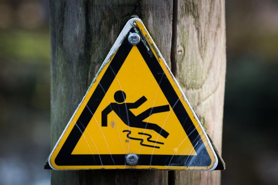Denkt u er om: het is glad overal, vooral op stoepen en fietspaden. Dit is niet te ' bevegen' of te bestrooien. Voorzichtig dus allemaal!!
