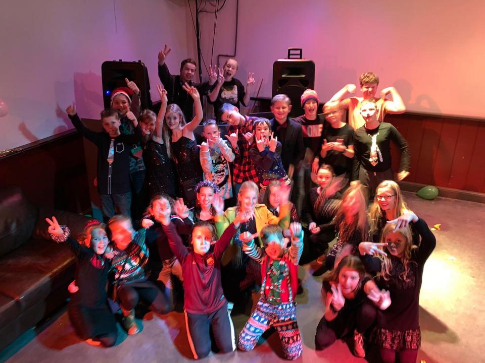 14 december hebben we ons eerste DiscoAvond  voor groep 7&8 georganiseerdDe Jingle XMAS BallWe hebben samen met gemeente drechterland een mooie deal kunnen sluiten en mogen vaker feestjes en leuke avondjes organiseren..Houd de fb pagina in de gaten (of de uitnodigingen die de kinderen mee krijgen)Privé groep alleen voor kinderen en oudershttps://www.facebook.com/groups/2535602763389644/?ref=share
