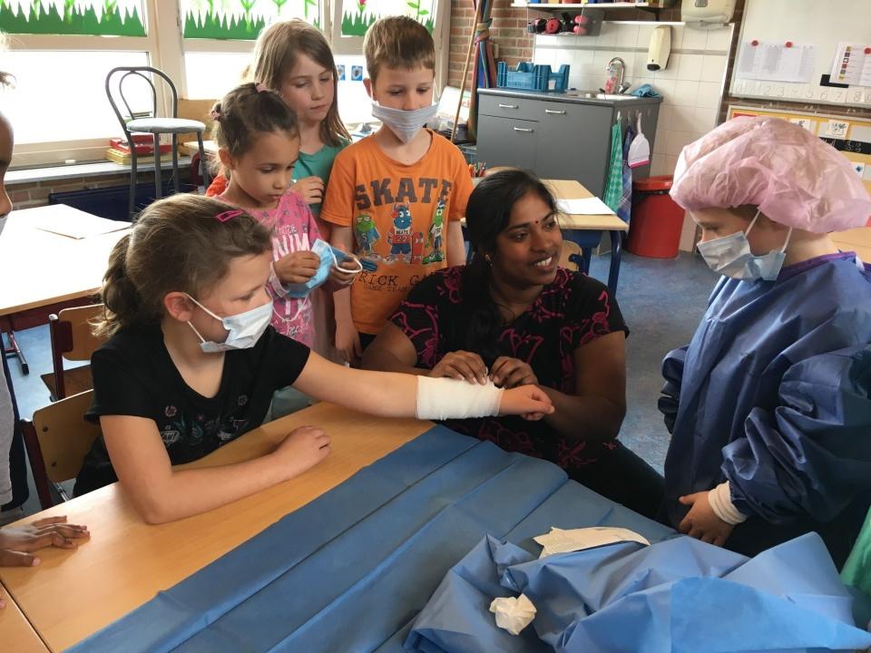 De moeder van Thaksana kwam bij ons in groep 3 vertellen over haar beroep. Ze is de assistent van een chirurg. Uiteraard kwamen alle ziekenhuis verhalen bij de kinderen naar voren! De kleding mogen we houden om mee te spelen. Super leuk!